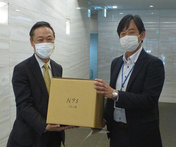 マスク寄贈シーン(左:横浜労災病院三上副医院長 右:当社稗田人事総務室長)